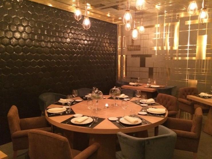 """""""Restaurante OTTO Madrid diseñado por Tomás Alía. El diseñador ha creado un espacio perfecto para cenar: una amplia mesa junto a una preciosa fuente vertical y una iluminación ideal.""""  OTTO: un restaurante VIP diseñado por Tomás Alía 102711"""