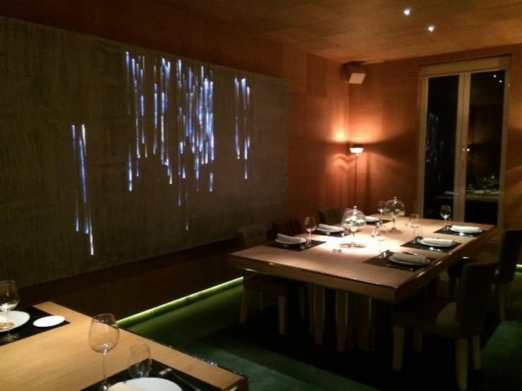 """""""Restaurante OTTO Madrid diseñado por Tomás Alía. El diseñador ha creado un espacio perfecto para cenar: una amplia mesa junto a una preciosa fuente vertical y una iluminación ideal.""""  OTTO: un restaurante VIP diseñado por Tomás Alía 102712"""