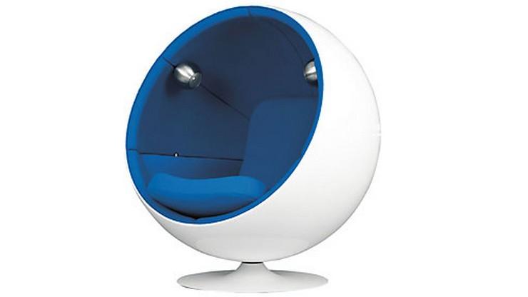 """""""Eero Aarnio es la Nueva y Moderna Silla Bola (Brand New Retro-Futurista). Fibra de vidrio moldeada en forma aconchada, asiento de cachemir e interior completamente acolchado. El interior está unido a una base de acero lacado reforzado que también permite que la silla gire y pivote."""" La silla Bola Aarnio: Sentarse es más que un verbo design13"""