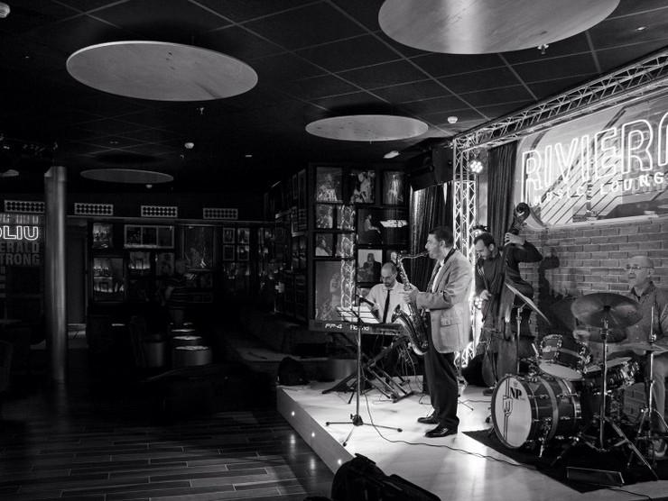 """""""El Riviera Music Lounge es uno de los últimos proyectos del interiorista Óscar Vidal Quist. Se trata de un club de música situado en el Hotel Riviera en Benidorm que ha sido recientemente reformado en la playa del Mediterráneo.""""  El Riviera Music Lounge por Óscar Vidal dissenycv"""