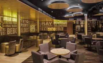 """""""El Riviera Music Lounge es uno de los últimos proyectos del interiorista Óscar Vidal Quist. Se trata de un club de música situado en el Hotel Riviera en Benidorm que ha sido recientemente reformado en la playa del Mediterráneo.""""  El Riviera Music Lounge por Óscar Vidal image 743x558 357x220"""