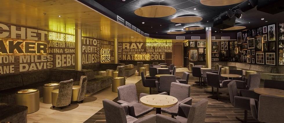 """""""El Riviera Music Lounge es uno de los últimos proyectos del interiorista Óscar Vidal Quist. Se trata de un club de música situado en el Hotel Riviera en Benidorm que ha sido recientemente reformado en la playa del Mediterráneo.""""  El Riviera Music Lounge por Óscar Vidal image 743x558"""
