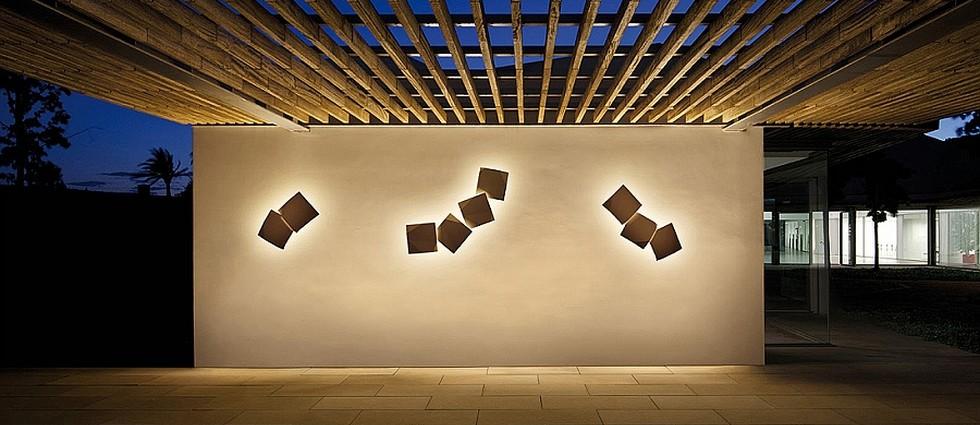 """""""ORIGAMI es una luminaria wallart para exteriores, basada en apliques, que permite hacer tantas configuraciones como se desee. Diseñada por Ramón Esteve para Vibia. Está disponible en tres colores: lacado blanco, óxido o verde óxido mate."""""""