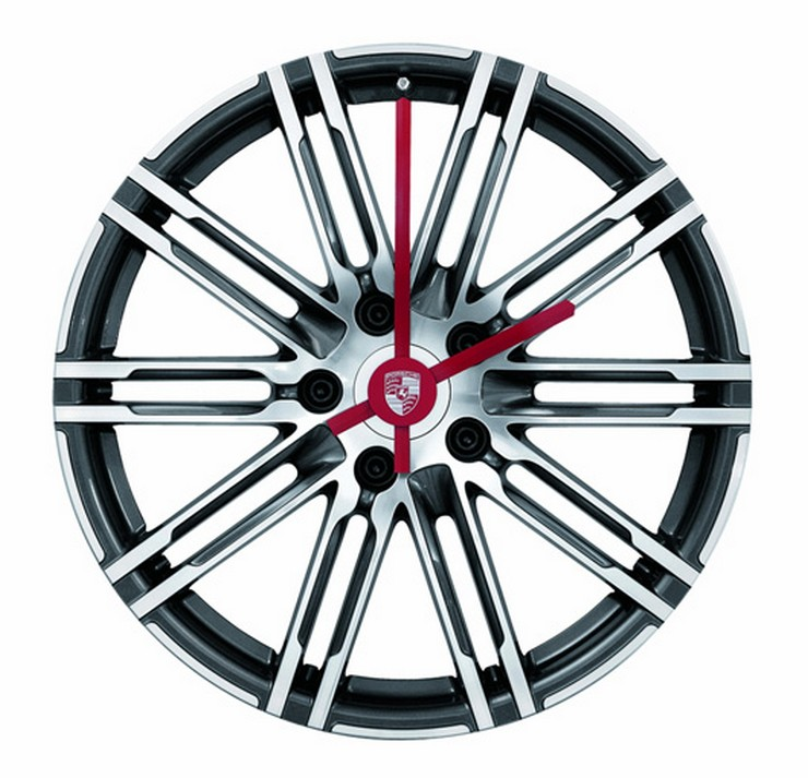 """Porsche Driver's Selection está ampliando su colección obras maestras lanzada en 2013 con un exclusivo reloj de pared de llanta."" Iconos de Porsche para el hogar: Complementos de decoración Porsche Driver Selection Wall Clock 2"