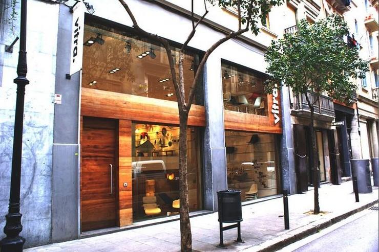 """""""También encontramos un espacio dedicado a las sillas en miniatura del Vitra Design Museum.""""  Showroom de Vitra en Barcelona, una de las tiendas de diseño más punteras Showroom vitra en barcelona tienda de decoracion"""