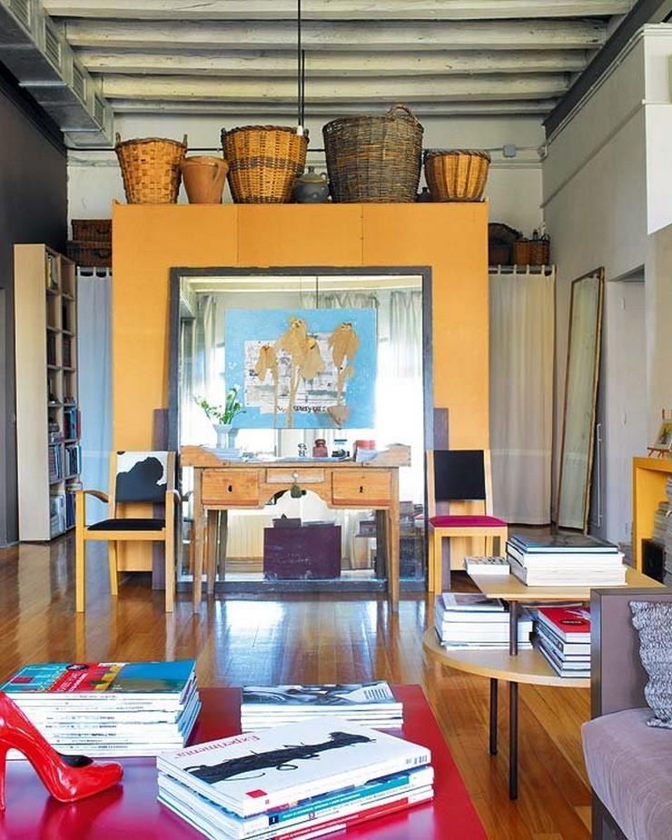"""""""El espejo XXL acoge un cuadro de Edward Robbins y se apoya en la trasera del armario, procedente de Mobles Bellmunt.""""  Nancy Robbins, diseñadora de interiores de lujo en Barcelona cierta independencia nancy robbins"""