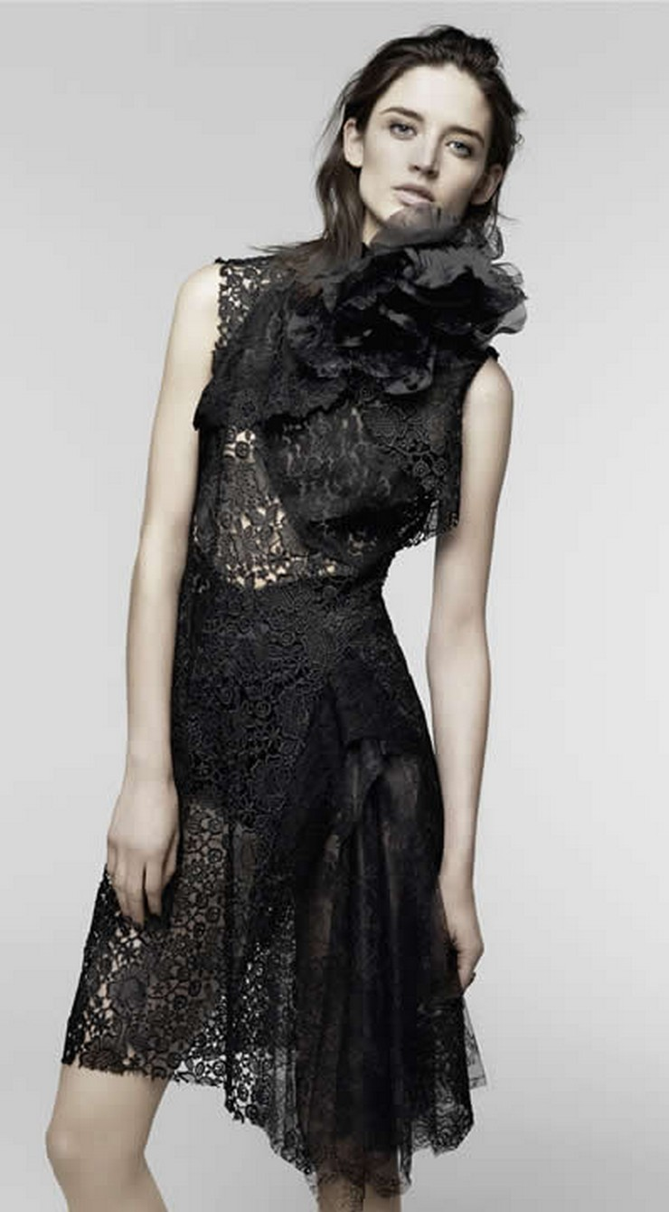 """""""La serie refleja el estilo hábil e innovador del diseñador en las diversas prendas entre chaquetas, faldas y vestidos, todas tan sencillas y de cortes simples pero llamativos."""""""