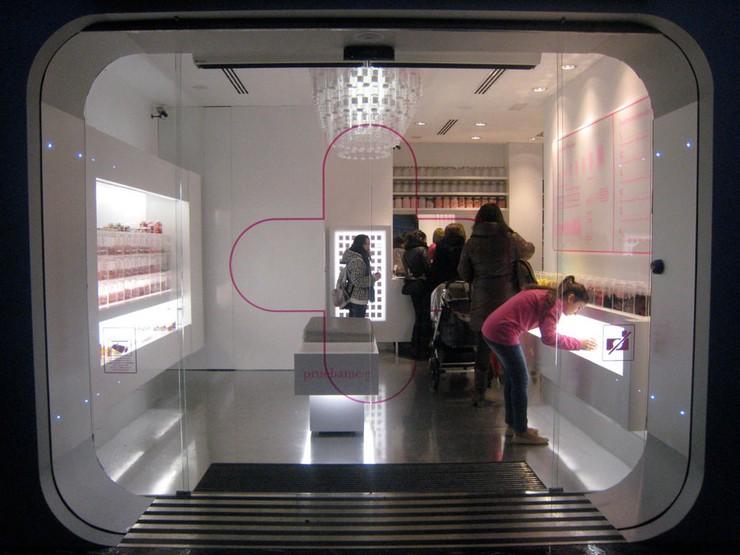 """""""En la fachada de la tienda se representan diferentes composiciones lineales y materiales que proporcionan su imagen característica.""""  Happy Pills, local comercial en Bilbao como decorar una tienda"""