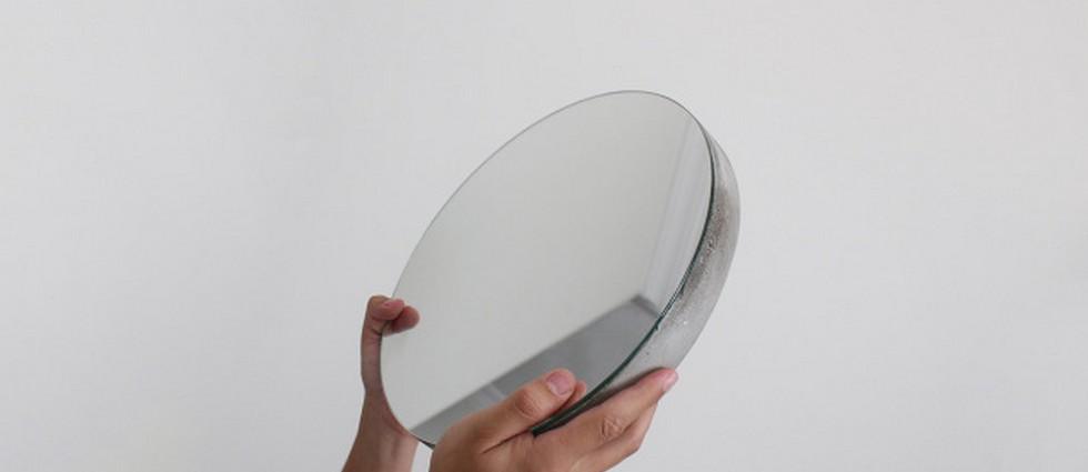 """""""Ignacio del Toro, quien dirige desde 2011 el estudio de diseño que lleva su nombre, ha diseñado un original espejo de hormigón, Bunker."""""""