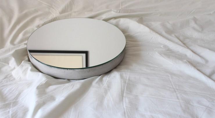 """""""Ignacio del Toro, quien dirige desde 2011 el estudio de diseño que lleva su nombre, ha diseñado un original espejo de hormigón, Bunker.""""  Ignacio del Toro crea el espejo Bunker download41"""