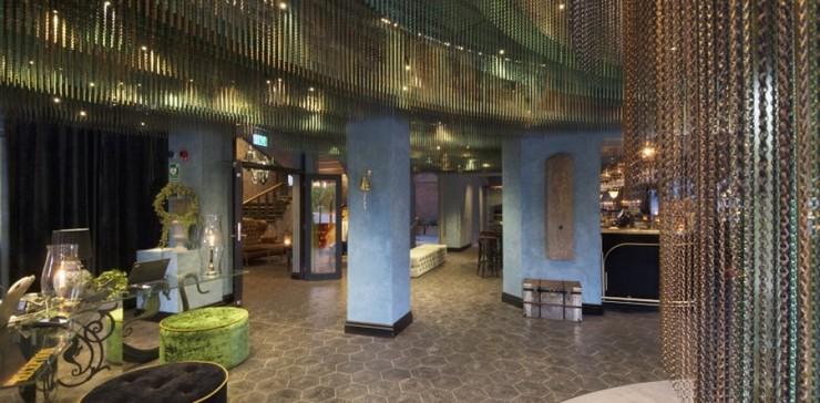 """""""Las cortinas de la firma española KriskaDECOR recuerdan a sinuosas algas multicolores, situadas en el vestíbulo y la zona de recepción del nuevo hotel Stora Hotellet (""""Grand Hotel"""") de Umeå, Suecia, el último proyecto del estudio sueco Stylt Trampoli.""""  Un hotel con el mar suspendido del techo dsc0859 a"""