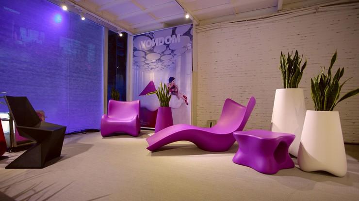 """""""La firma española de mobiliario y alfombras para exteriores de diseño Vondom ha abierto en enero de 2014 su primera tienda insignia en la capital surcoreana de Seúl.""""  Vondom abre su primer Showroom en Corea Del Sur el interior de la tienda vondom"""