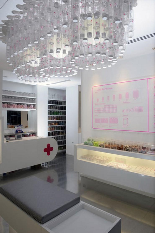 """""""El estilo de la lámpara esta inspirado en el """"Art Déco"""" con complicidades contemporáneas.""""   Happy Pills, local comercial en Bilbao espacio comercial en bilbao"""