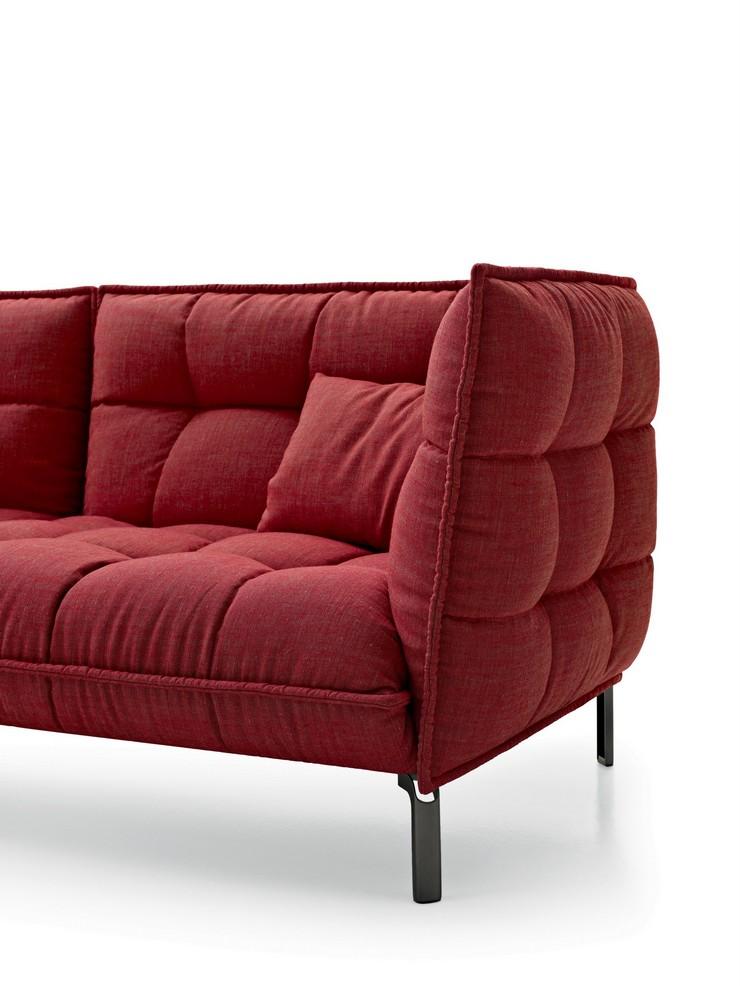 """""""El sofá tiene una única profundidad, bastante pronunciada (102 cm), y dos longitudes (225 cm y 261 cm)""""  Husk, un sofá moderno de Patricia Urquiola husk sofa de patricia urquiola"""