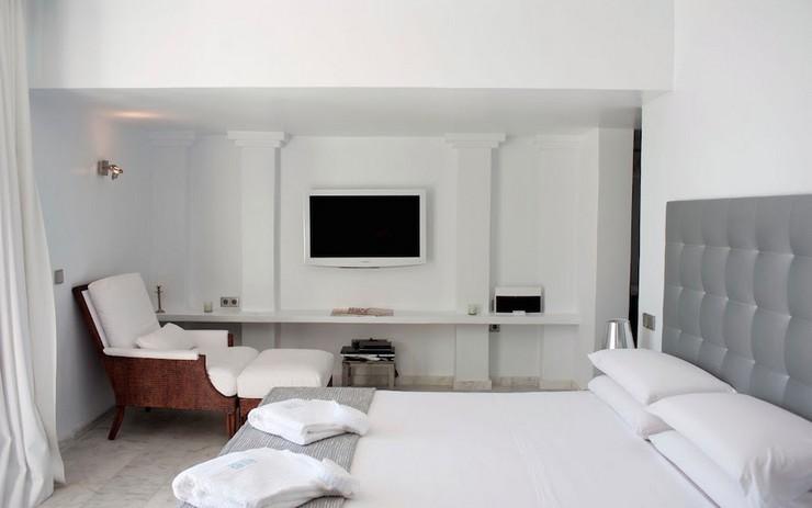 """""""Villa Rica cuenta con 4 elegantes dormitorios con su propio baño, equipados con servicios de lujo, una hermosa piscina infinita con impresionantes vistas al mar, y una serie de lugares bien equipados al aire libre donde poder relajarte, cenar y tomar los rayos de sol españoles en Ibiza.""""  """"Villa Rica"""": villa privada de lujo en Ibiza lujosa villa rica en ibiza 10"""