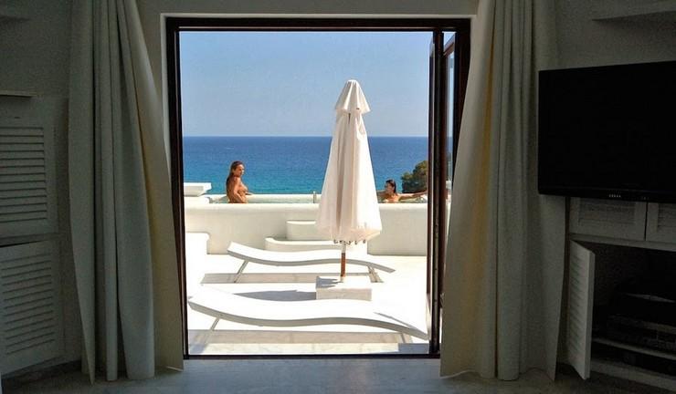 """""""Con vistas a Cala Jondal, la bahía más exclusiva de la isla, Villa Rica es un lujoso refugio junto a una colina en la paradisíaca isla de Ibiza.""""  """"Villa Rica"""": villa privada de lujo en Ibiza lujosa villa rica en ibiza 13"""