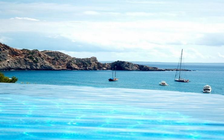 """""""Con vistas a Cala Jondal, la bahía más exclusiva de la isla, Villa Rica es un lujoso refugio junto a una colina en la paradisíaca isla de Ibiza.""""  """"Villa Rica"""": villa privada de lujo en Ibiza lujosa villa rica en ibiza 3"""