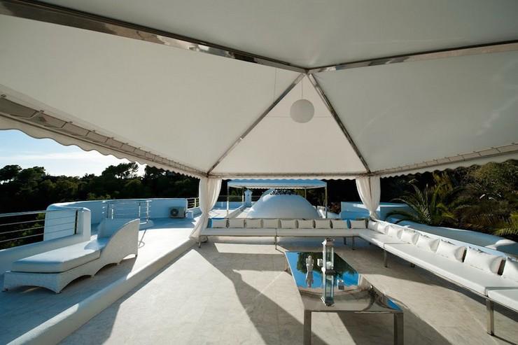 """""""Villa Rica cuenta con 4 elegantes dormitorios con su propio baño, equipados con servicios de lujo, una hermosa piscina infinita con impresionantes vistas al mar, y una serie de lugares bien equipados al aire libre donde poder relajarte, cenar y tomar los rayos de sol españoles en Ibiza.""""  """"Villa Rica"""": villa privada de lujo en Ibiza lujosa villa rica en ibiza 7"""