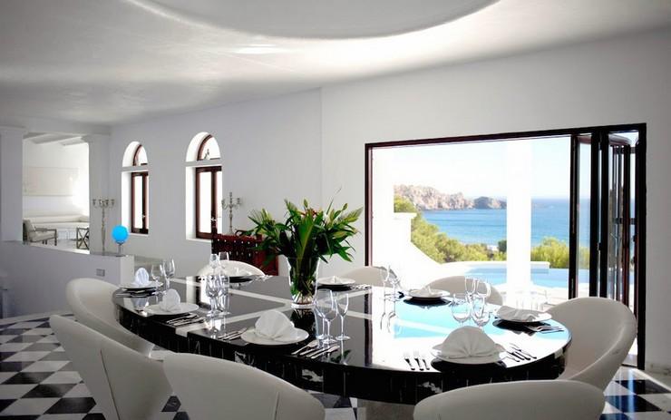 """""""Con vistas a Cala Jondal, la bahía más exclusiva de la isla, Villa Rica es un lujoso refugio junto a una colina en la paradisíaca isla de Ibiza.""""  """"Villa Rica"""": villa privada de lujo en Ibiza lujosa villa rica en ibiza 8"""