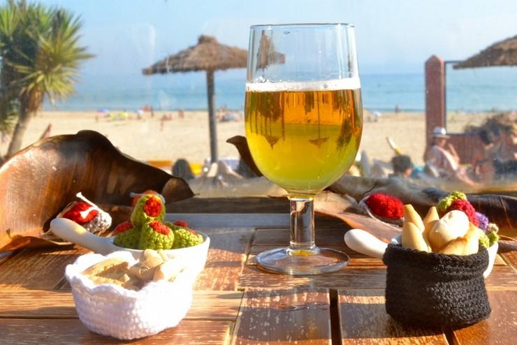 """"""" las fotos más compartidas por los españoles durante el verano –por WhatsApp y por las redes sociales– son las dedicadas a los paisajes, los amigos, la cerveza, la familia, la pareja, los animales, el selfie, objetos veraniegos (como las gafas de sol), una foto en grupo (conocida como ussie) y las calles de los lugares que se visita.""""  Lo más fotografiado en verano macarenabilbaoaperitivo"""