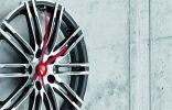"""""""Porsche Driver's Selection está ampliando su colección obras maestras lanzada en 2013 con un exclusivo reloj de pared de llanta.""""  Vondom, una firma de mobiliario exterior con mucho glamour nuevo reloj pared porshe 156x100"""