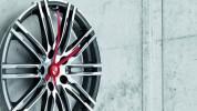 """""""Porsche Driver's Selection está ampliando su colección obras maestras lanzada en 2013 con un exclusivo reloj de pared de llanta.""""  Iconos de Porsche para el hogar: Complementos de decoración nuevo reloj pared porshe 178x100"""