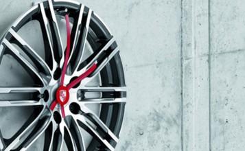 """""""Porsche Driver's Selection está ampliando su colección obras maestras lanzada en 2013 con un exclusivo reloj de pared de llanta.""""  Iconos de Porsche para el hogar: Complementos de decoración nuevo reloj pared porshe 357x220"""