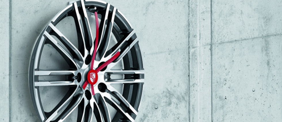 """""""Porsche Driver's Selection está ampliando su colección obras maestras lanzada en 2013 con un exclusivo reloj de pared de llanta."""""""