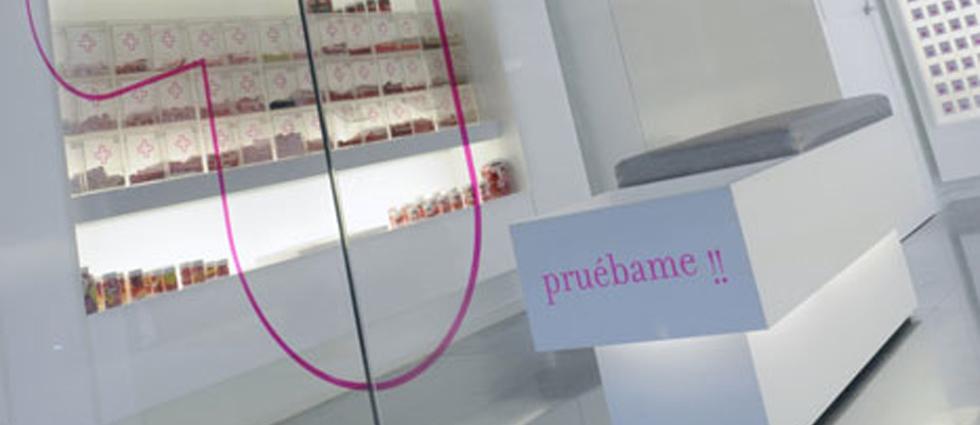 """""""En la fachada de la tienda se representan diferentes composiciones lineales y materiales que proporcionan su imagen característica."""""""