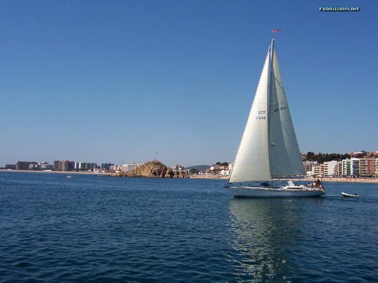 """""""Lo más fotografiado en verano. El mar con un velero de fondo es una de las fotos más comunes""""  Lo más fotografiado en verano velero Sa Palomera"""