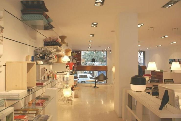 """""""El espacio está ordenado en diferentes ambientes dedicados a cada diseñador.""""  Showroom de Vitra en Barcelona, una de las tiendas de diseño más punteras vitra showroom en barcelona"""