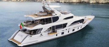 """""""Con diseño de Stefano Righini, el yate incluye tres cubiertas y una terraza. La cubierta de sol es el rasgo distintivo de este barco."""""""