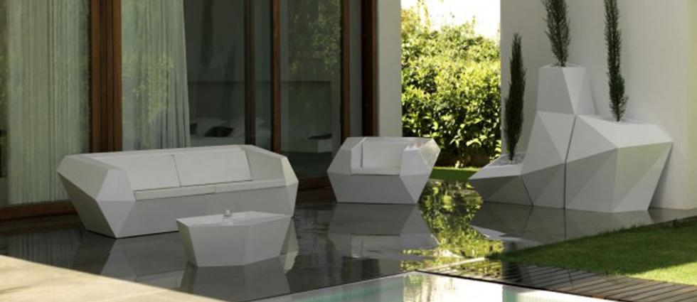 """""""Las formas, las texturas, los colores y el glamour de los ambientes provocan una experiencia totalmente nueva y distinta.""""  Vondom, una firma de mobiliario exterior con mucho glamour Mobilario vondom marcas de lujo"""