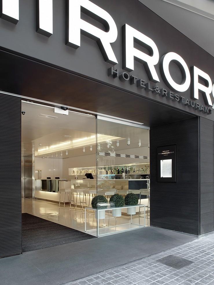 """""""Este moderno hotel, ubicado en un edificio de diseño vanguardista, cuenta con una ubicación privilegiada en el corazón de Barcelona.""""  The Mirror Barcelona, un hotel de 4 estrellas en Barcelona Hotel Mirror en Barcelona 1"""