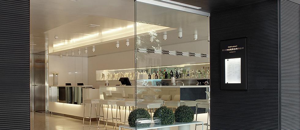"""""""Este moderno hotel, ubicado en un edificio de diseño vanguardista, cuenta con una ubicación privilegiada en el corazón de Barcelona."""""""