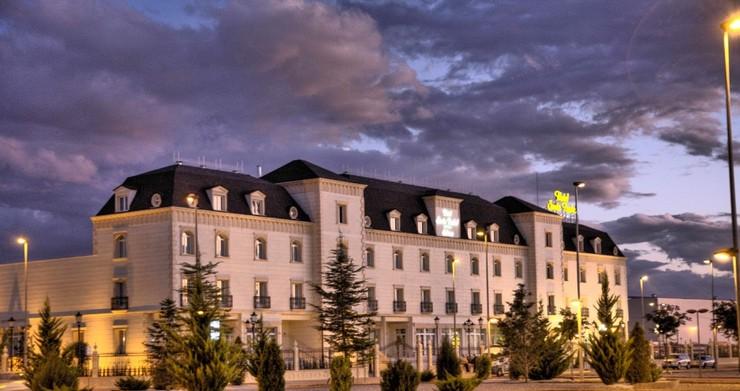 """""""Disfrute la experiencia de descubrir un lugar único. Un marco único en pleno corazón de La Mancha, Albacete, a tan solo 800 metros del Palacio de Congresos.""""  Hotel Santa Isabel, un hotel en pleno corazón de La Mancha hotel santa isabel albacete 1"""