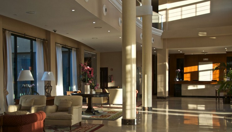 """Fontecruz Ávila es un hotel con encanto ubicado en un bello entorno natural a 3 km de Ávila.""  Fontecruz, un hotel ubicado en un bello entorno en Ávila recepcion hotel fontecruz en avila"