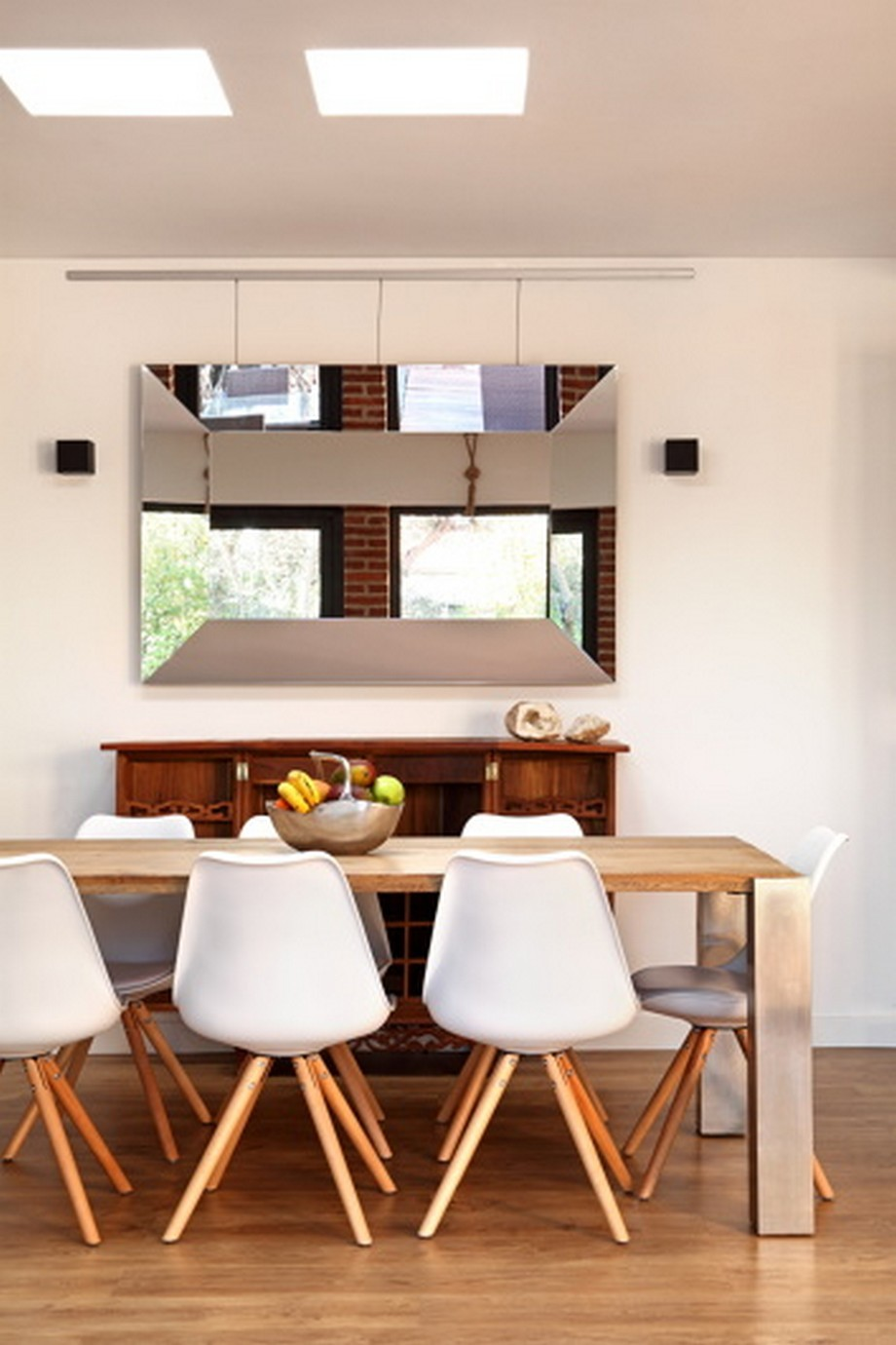 Ha nascido en Barcelona y creado su estudio de Interiorismo en 2003. Han empiezado por una restauración de muebles y con la decoración y arquitectura pero su foco no ha sido, ha estudiado fotográfia.  interioristas de lujo Interioristas de lujo: Proyectos de decoración lujuosos en España prt 354x531 1506365067